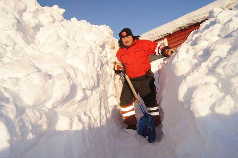 MÅKER: - Tenk dere om før dere ringer 110 for hjelp til måking, anmoder brannsjef Arne Myrseth, her fra fra måkearbeid på hytta.