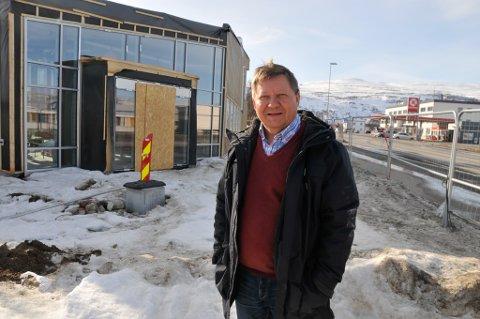 UPROBLEMATISK: Direktør Jan Olli i Finnmarkseiendommen synes det er uproblematisk at hans kommunikasjosnrådgiver er blitt leder for NSRs lokallag i Porsanger. Her er Olli fotografert på byggeplassen i Lakselv i april foran det nye FeFo-bygget som reiste seg. Nå er det like før offisiel åpning av bygget, som er tatt i bruk. Olli er ikke fremmed for å låne ut bygget gratis til lag og foreninger.