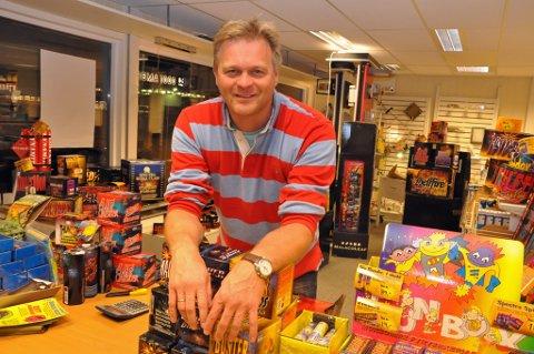 ALLSIDIG: Sten Rune Pettersen er en allsidig mann. Han leder en stor elektrikerbedrift. Han driver med eiendomsutvikling. Og iblant selger han fyrverkeri!