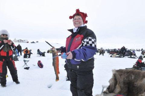 HISTORISK: Aud Trosten ble første kvinne som har vunnet den store isfiskekonkurransen på Linkunjávri. Her med vinnerfisken på 1.237 gram. Ingen var i nærheten av hennes fangst. Hun har fått premie en rekke ganger tidligere.