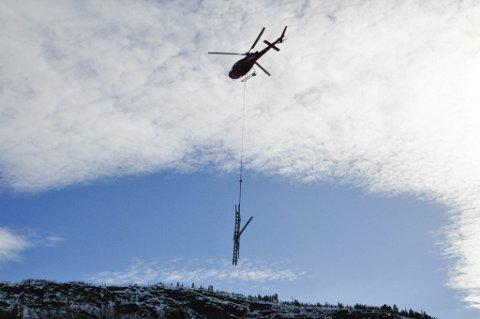 LØFT: Her løftes del av ny mast i nærheten av Eiby til 420 kV-ledning fra Balsfjord til Skaidi.