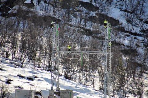 FØRSTE MAST: Sånn så det ut da de første 420 kV-mastene ble satt opp i Finnmark i 2016. Da gikk var det utbyggingen mellom Balsfjord og Skaidi som pågikk. Nå er spørsmålet om utbyggingen skal fortsette til Varangerbotn.