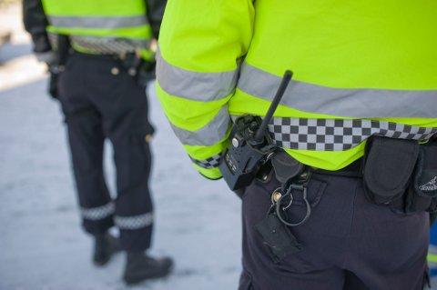 TRUSLER OG VOLD: Skadeverket på på gamle Vardø barneskole gjorde at politiet ville pågripe mannen i 40-årene. Da slo han seg så vrang at politiet måtte bruke peppersprayen. Nå må mannen møte i Øst-Finnmark tingrett tiltalt for bådre vold og trusler mot politiet, samt skadeverk.