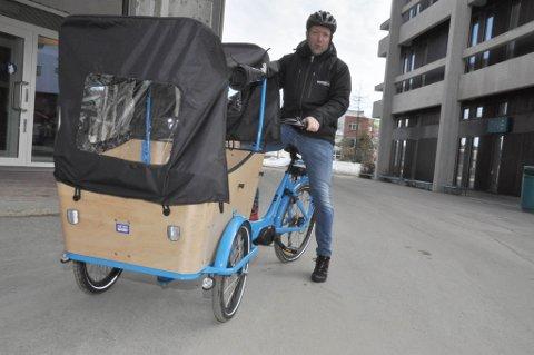 AVTAGBART TAK: Kassen foran på sykkelen har sikkerhetsutstyr for to barn og avtakbart tak. Sykkelen har også lykter montert.
