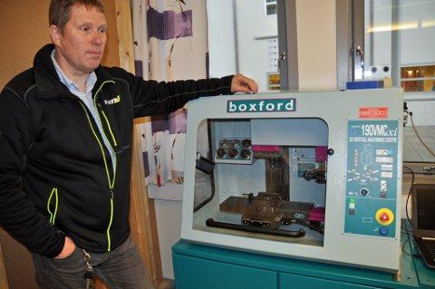 BEDRE UTSTYR: Faglærer Ken André Olsen viser denne 3D-printeren som var utstyret skolen hadde å hjelpe seg med for datastyr produksjon før den datastyrte dreiebenken kom på plass.