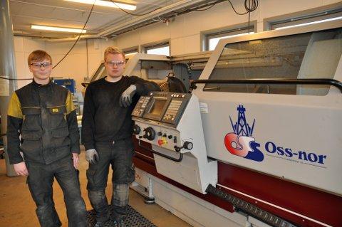 AVANSERT UTSTYR: Simon Mienna og Oliver Ellingsen er glad for avansert utstyr i undervisningen på skolen.