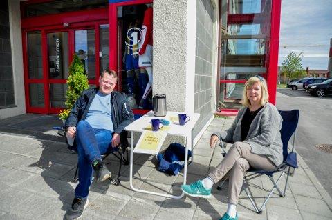 VAKT: Magne Overvik og Anne Sønvisen satt streikevakter utenfor Sparebank1 Nord-Norges lokaler i Alta torsdag.