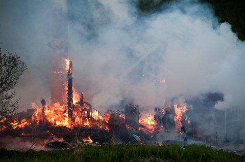 BRANT NED: Bare pipene står oppreist etter brannen.