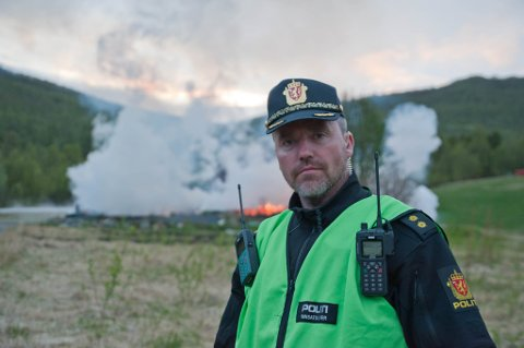 BRANT TIL GRUNNEN: Alerris flyktningtjeneste eier eneboligen som brant ned i Russeluft i natt. Her står innsatsleder fra politiet, Steinar Aas Andersen ved det nedbrente bygget