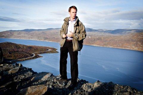 Øystein Rushfeldt foran Repparfjorden der Nussir ønsker å deponere avgansmassen fra kobberutviningen.