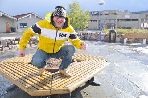 """I HOCKE: Fred Willy Persen sitter i hockestilling og bidrar til at det suser inn stadig nye millioner til anlegg i """"skimetropolen"""" Igeldas i Porsanger."""