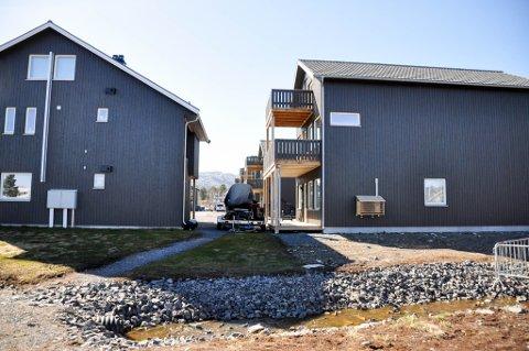 STRID: Det er strid mellom utbygger av disse boligene på Breverudtunet og eieren av den ene boligen. Nå havner saken i retten.