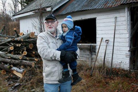 OPPRØRT: Are Eriksen føler det ikke like trygt og godt etter tyveriet i vedskjulet på gårdsplassen. Her med sønnen Andreas på armen.