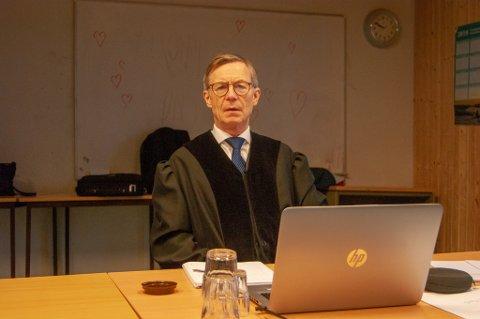 ANNERLEDES DAG I RETTEN: Sorenskriver Finn-Arne Schanke Selfors var forberedt på to rettsaker i dag og i morgen, men måtte utsette den ene saken da en av de tiltalte ikke møtte opp.