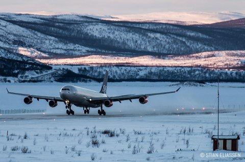VINDFULLT: Et fly ble satt ut av spill og klarte ikke å lande på Lakselv lufthavn i går. Her blåste det mest i hele fylket, og på det meste kom vindkastene opp i 32.2 m/s.