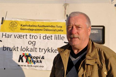 TØFT ÅR: Hans Isak Olsen, ordfører i Kautokeino, sier at alle politikerne i kommunen har stått på det siste året. I tillegg har det ikke vært noen økning i godtgjørelsene til lokalpolitikerne det siste året. Derfor var det greit å få på plass den økningen nå.