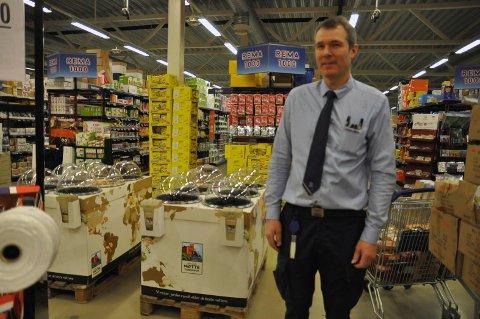 PÅ PALLEN: Rema 1000-kjøpmann Idar Jensen i Honningsvåg håndterte 723.681 bokser og flasker i fjor i sin panteautomat.