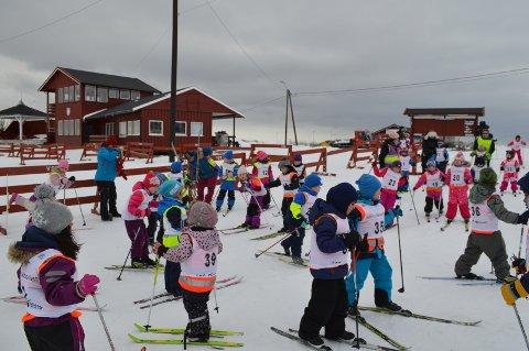 Mange ivrige barn var klare for skirennet.