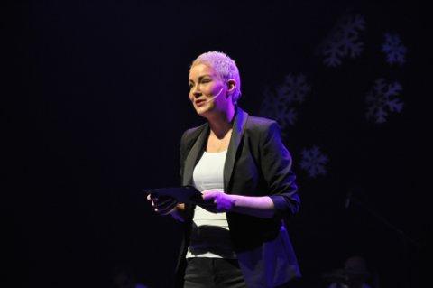 MODIG: Janne H. Planting fikk en hel sal til å bli stille da hun holdt monolog om sin kreftsykdom. Foto: Trond Ivar Lunga