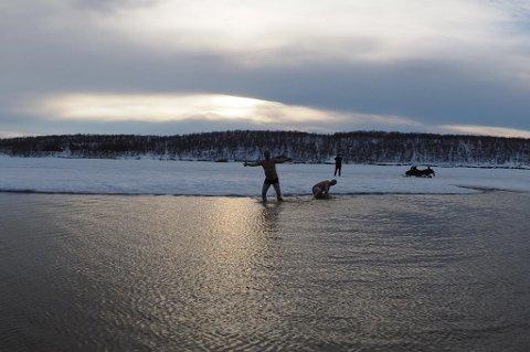 PÅSKEBAD: Roy Helge Andreassen (52) og Ole Viggo Føleide beste seg til slutt for å hoppe ut i det kalde vannet.