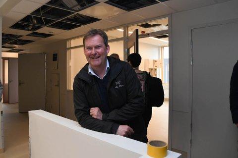 GÅR AV: Styreleder Harald Larssen i Finnmarkssykehuset, her under en omvisning på Klinikk Alta i april, tar ikke gjenvalg som styreleder i helseforetaket.