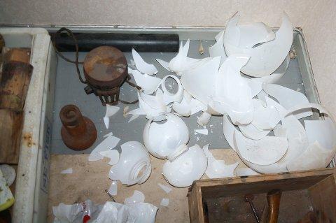 UERSTATTELIGE: Alle de gamle lyskuplene i glass er knust. De er uerstattelige. Dagens kupler lages i plast.