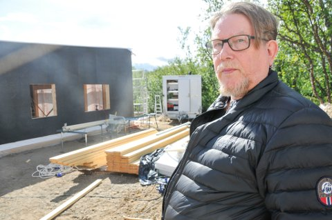 BYGGER: I bakgrunnen er drømmehuset til Per-Ole Gjøvik og kona Unn i ferd med å reise seg i Lakselv.