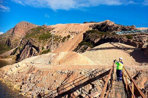 GIGANTISK: Ved Giemasfjell i bygda Austertana, Tana kommune, ligger et av verdens største kvartsittbrudd.