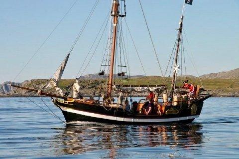 """""""PIRATEN"""": Her er båten på vei ut fra havna i Mehamn."""