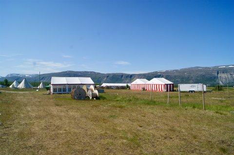 HER SKAL DET BLI FESTIVAL: Det er ikke mye som minner om at det skal feires nord-Norges største festival her om bare 3 dager. – Vi er godt i rute, betrygger festivalsjef Jarl Inge Falch.