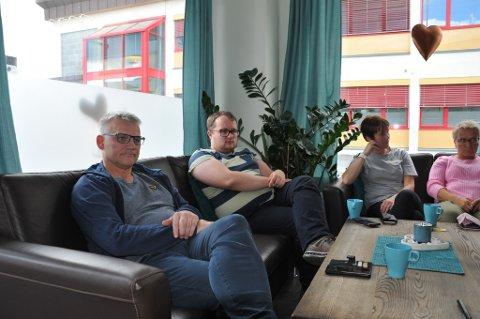 SAMLET: Flere medlemmer fra Alta Frp samlet seg på Hjerterom i Alta søndag. Ordførerkandidat Odd Erling Mikalsen til venstre.