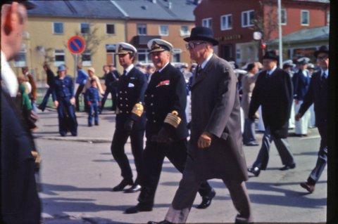 STORT BESØK: Alltid smilende Kong Olav, sammen med den svenske Kong Carl Gustaf av Sverige og Finlands president Urho Kekkonen under avdukingen av innvandrermonumentet i Vadsø i 1977.