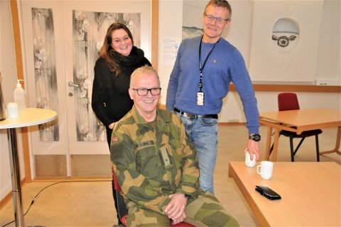FORNØYD: De gliser alle bredt over utviklingen som nå skal skje på Porsangmoen, gjengen fra Forsvarsbygg. Lokal sjef for Forsvarsbygg på Porsangmoen, Jan Einar Mikalsen, flankeres av prosjeklederne Hege Leiknes og Arild Øvergaard.