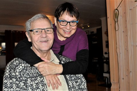 HOLDER RUNDT GUBBEN: Bjørg Pedersen holder godt rundt mannen Willy, etter å ha fått ham hjem fra Kirkenes sykehus.