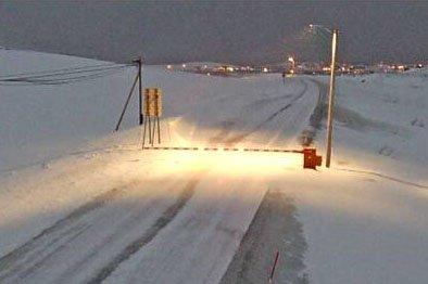 KOLONNE:  Bommen ved Mehamn lå nede tirsdag morgen.