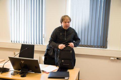 KLAR FOR RETTSSAK: Daglig leder Steve Sivertsen i Hammerfest Arena ankommer her rettssalen i Hammerfest tingrett. Foto: Trond Ivar Lunga