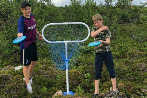 TATT BANEN I BRUK: Jonathan Jakola (til venstre) og Markus Mannsverk har allerede testet banen i Vestre Jakobselv.