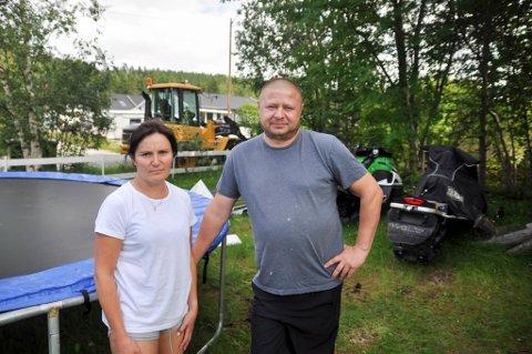 FRASTJÅLET: Marek og Iwona Nowickai Alta ble onsdag frastjålet en ATV utenfor hjemmet deres på Aronnes i Alta.