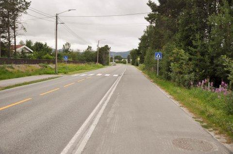 ARONNES: Mannen skal ha holdt høy hastighet langs denne gang- og sykkelveien på Aronnes i Alta.
