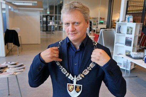 UTSMYKKET: Ivar B. Prestbakmo (Sp) tar med stolthet på seg det nye fylkesordførerkjedet.