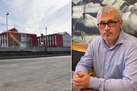 SELGES: Den gamle skolen i Kvalsund selges. Fungerende ordfører Terje Wikstrøm svarer om hvorfor betingelser følger med salget.