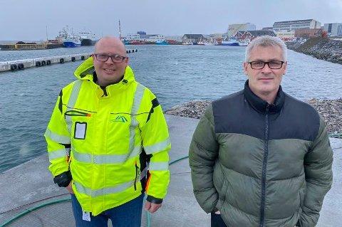 TIL SOMMEREN: - Til sommeren skal alt ligge til rette for at opptil 50 fiskebåter skal kunne legge til ved nye bryggene på Fuglenes, lover havnekaptein Jon Helge Løkke og varaordfører Terje Wikstrøm.
