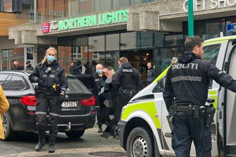 POLITIAKSJON: Da politiet rykket ut til Storgata i Tromsø tirsdag anholdt de to mindreårige gutter. Guttene er kritiske til håndteringen de fikk fra politiets side, mens politisjef Anita Hermandsen mener politiet gjorde jobben sin.