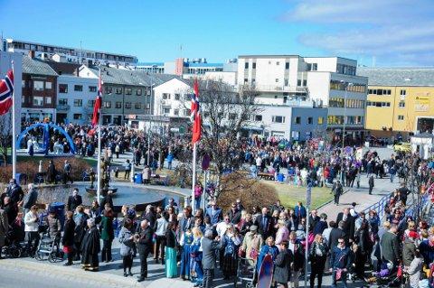 SENTRUM: Hammerfest sentrum på 17. mai, den gang da det var lov og forsvarlig å samles.