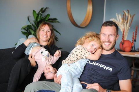 FULLT KJØR: Tara Bloch-Vere og Caspar Vere lever et travelt småbarnsliv med treåringen Ylva og Live på ett år. Foto: Trond Ivar Lunga