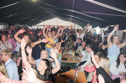 STEMNINGEN I TAKET: Populære Dagny fikk etter hvert stemningen i taket i teltet. Ifølge arrangøren kunne de ha solgt mange flere billetter. Foto: Trond Ivar Lunga