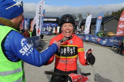 SEIERSBRØLET: Ingrid Sofie Bøe Jacobsen spanderte et seiershyl etter målgangen. Foto: Trond Ivar Lunga
