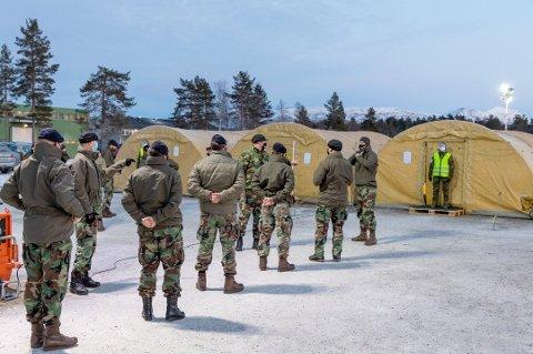 TEST: Nederlandske soldater linet opp for koronatesting etter ankomst på Bardufoss. I Bjerkvik er det 600 soldater som nå venter på å slippe ut av karantene. Tirsdag kveld er de på tur til Åsegarden i Harstad Foto: Øivind Baardsen, Forsvaret