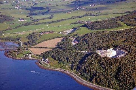 OVER LANG TID: Måleresultater av vannkvaliteter ved deponiet over flere år tilbake kan tyde på at bekken nedstrøms deponiet på Valum, i det tidligere steinbruddet på eiendommen (til høyre i bildet), har vært påvirket av forurensning over lang tid, slår Miljødirektoratet fast i et brev til Norske Skog Skogn.