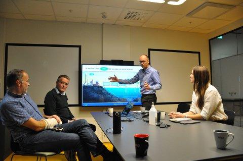 ANSATT: Lars Strøm (stående) fra Levanger er ansatt som prosjektleder i Ocean-Geoloop AS. Fra venstre daglig leder Odd-Geir Lademo, videre Viggo Iversen fra Verdal, som også går over i stilling i Ocean-Geoloop, samt Kristin Onshuus fra Proneo.